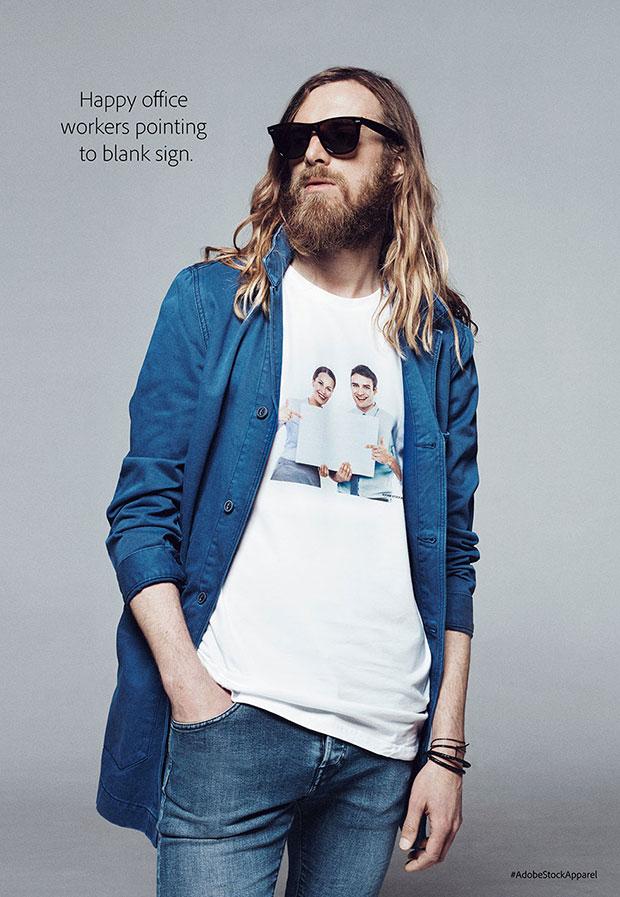Adobe เสื้อลายสกรีนพนักงานกำลังชี้ไปที่ป้ายอันว่างเปล่า