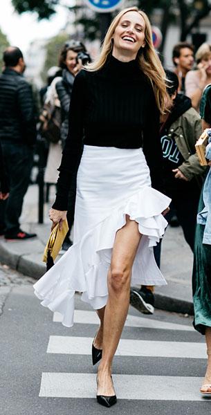 เสื้อคอเต่าสีดำ, กระโปรงสีขาว