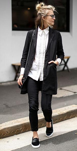 เสื้อสูทสีดำ Asos, เสื้อเชิ้ตสีขาว Finders Keepers, กางเกงยีนส์สีดำ JBrand, รองเท้า Axel Ariagato