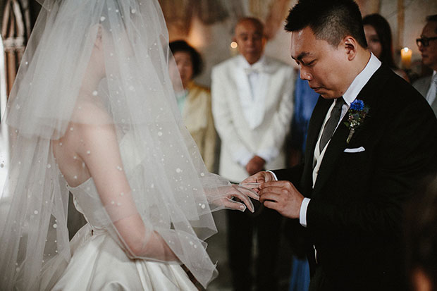 เจ้าบ่าวสวมแหวานแต่งงานให้เจ้าสาว