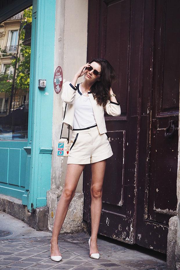เสื้อยืด Peserico, รองเท้าส้นสูง Zara, กระเป๋า Olympia Le Tan, แว่นตากันแดด Asos
