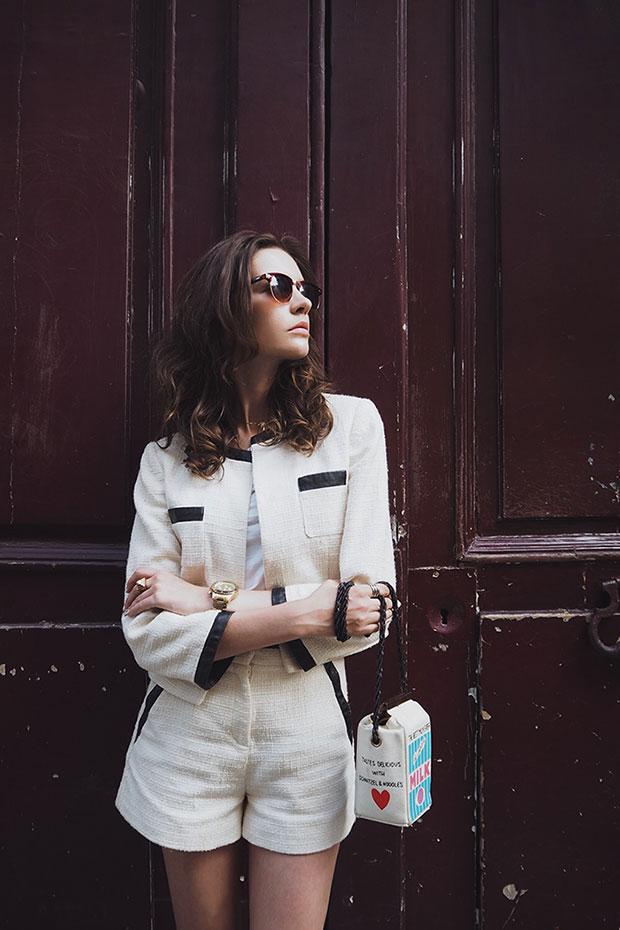 เสื้อยืด Peserico, รองเท้าส้นสูง Zara, แว่นตากันแดด Asos, กระเป๋า Olympia Le Tan