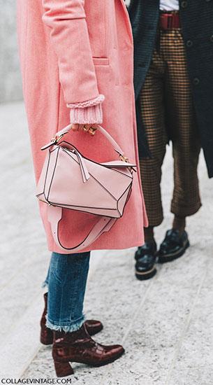 แฟชั่นสตรีทกับกระเป๋าสีชมพู