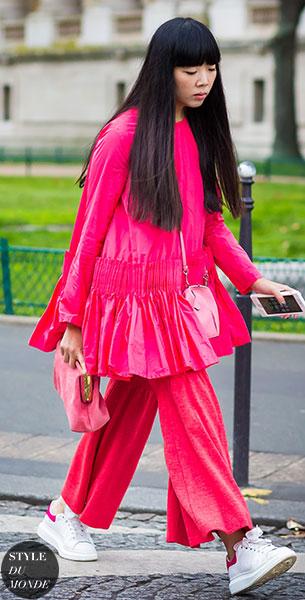 แฟชั่นสตรีทกับชุดสีชมพู