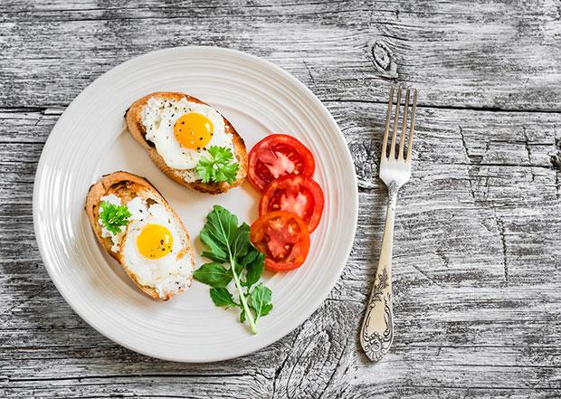 คนที่ประสบความสำเร็จทานอาหารที่ดีต่อสุขภาพทุกเช้า