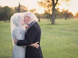 ความรักยังคงอบอวลแม้ต้องรอ 70 ปีกว่าจะได้ถ่ายรูปแต่งงาน