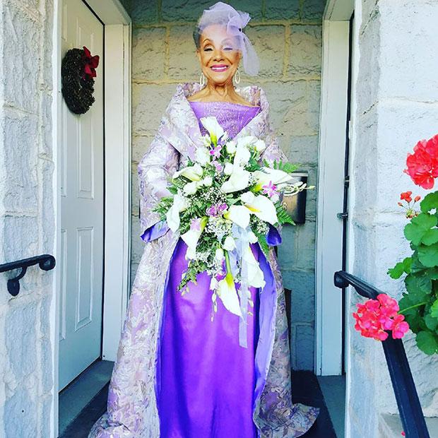 คุณย่าวัย 86 ปีเข้าวิวาห์ในชุดแต่งงานที่เธอออกแบบ