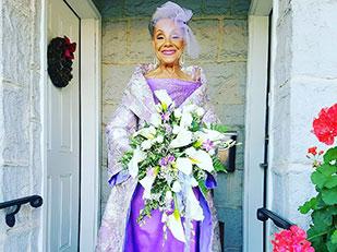 คุณย่าวัย 86 ปีเข้าสู่ประตูวิวาห์ในชุดแต่งงานที่เธอออกแบบเอง