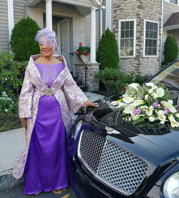 คุณย่าวัย 86 ปีเข้าสู่ประตูวิวาห์ในชุดแต่งงานสุดอลังการที่เธอเป็นผู้ออกแบบเอง