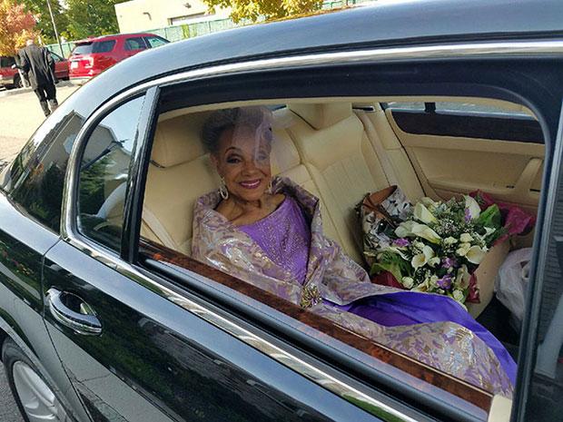 คุณย่าแต่งงานในชุดแต่งงานที่เธอออกแบบเอง