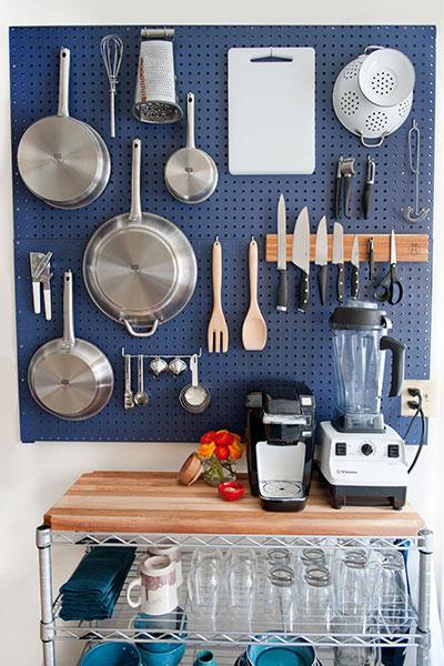 วิธีจัดระเบียบห้องครัว ตกแต่งผนังด้วยกระดานเพ็กบอร์ด