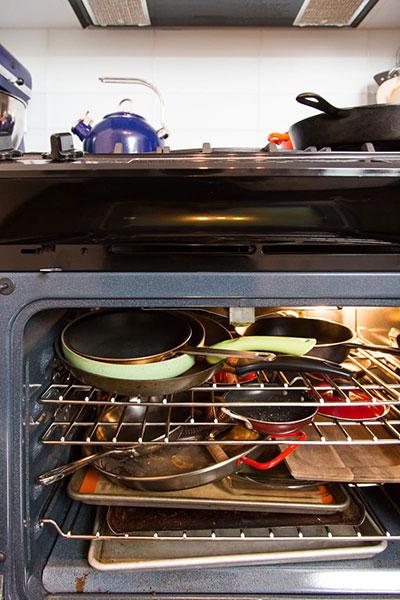 วิธีจัดระเบียบห้องครัว เก็บของไว้ในเตาอบ