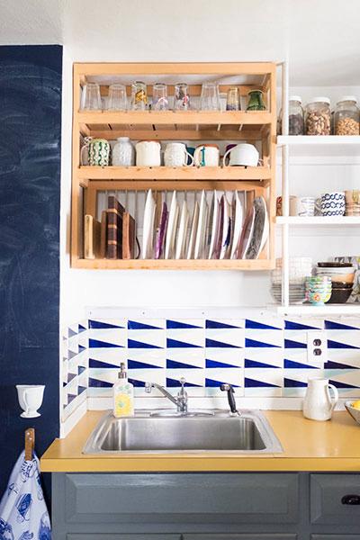 วิธีจัดระเบียบห้องครัว เรียงชุดจานชามไว้บนชั้นวางติดผนัง