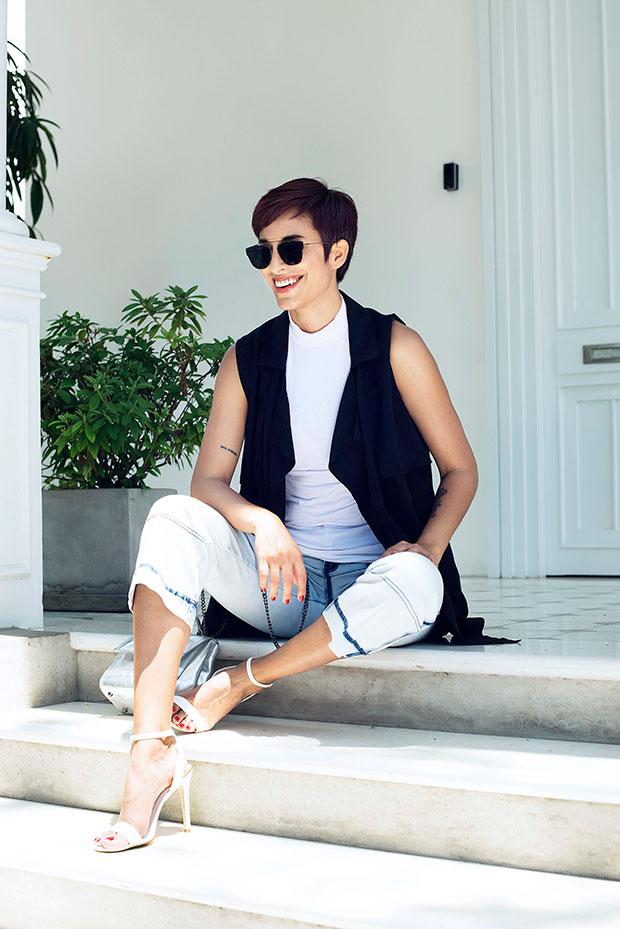 เสื้อยืด Zara, แว่นตากันแดด Christian Dior, รองเท้าส้นสูง Aldo