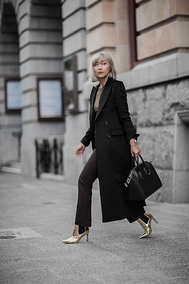 เสื้อโค้ท Uniqlo, เสื้อยืด Isabel Marant, กางเกง Uniqlo, รองเท้าบู๊ท Asos, กระเป๋า Givenchy
