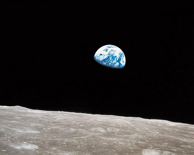 โลกโผล่ออกมาจากขอบฟ้า