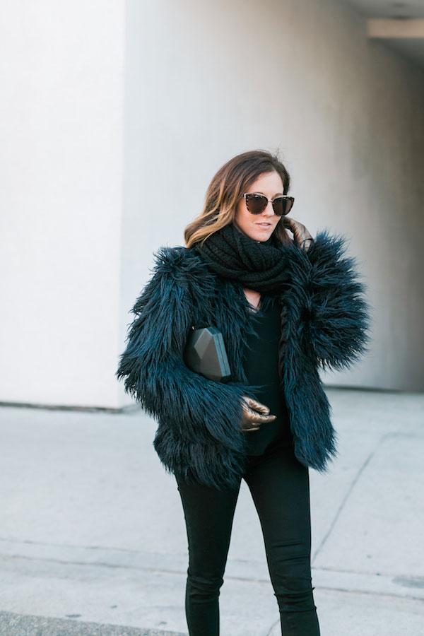 รองเท้าส้นสูง Sol Sana, กระเป๋า Olga Berg, แว่นตากันแดด Quay, ถุงมือ Glove.ly, ผ้าพันคอ Paula Bianco