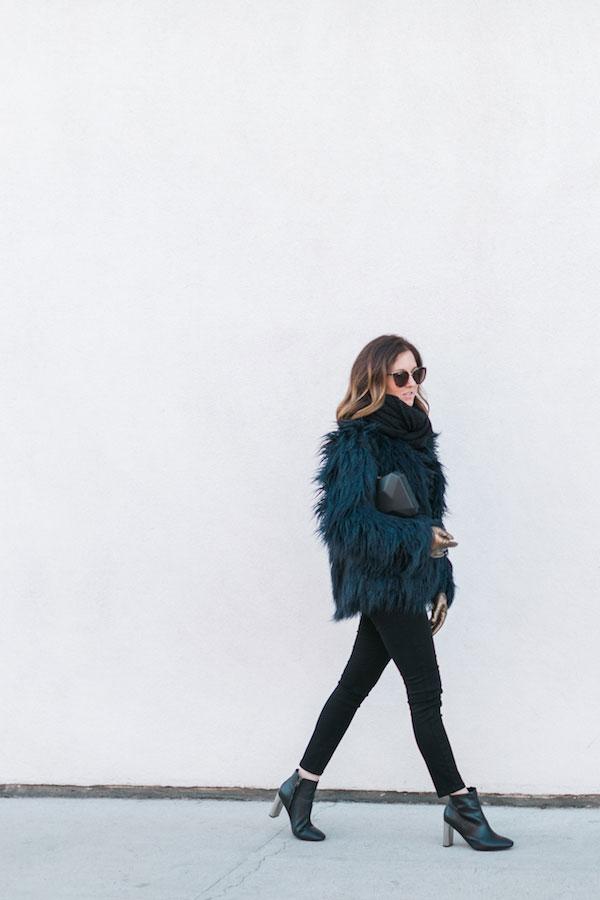 รองเท้าส้นสูง Sol Sana, กระเป๋า Olga Berg, แว่นตากันแดด Quay, ผ้าพันคอ Paula Bianco, ถุงมือ Glove.ly