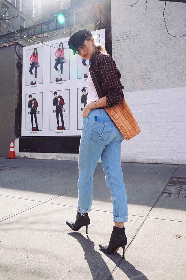 เสื้อ Urban Outfitters, รองเท้าบู๊ท Manolo Blahnik, กางเกงยีนส์ Levi's