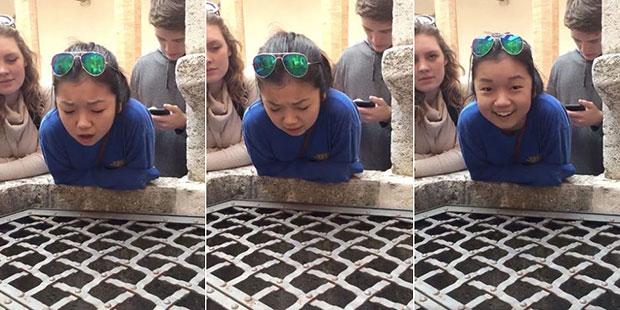 เสียงไพเราะของสาวน้อยที่ร้องเพลงบนบ่อน้ำที่อิตาลี