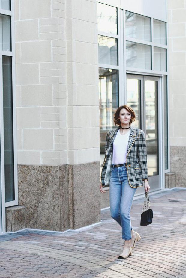 เสื้อสูท Ungaro, เสื้อยืด Reformation, กางเกงยีนส์ Re Done, รองเท้าส้นสูง Zara, กระเป๋า Chanel