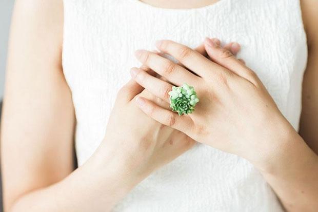 แหวนที่ทำจากไม้อวบน้ำขนาดจิ๋ว