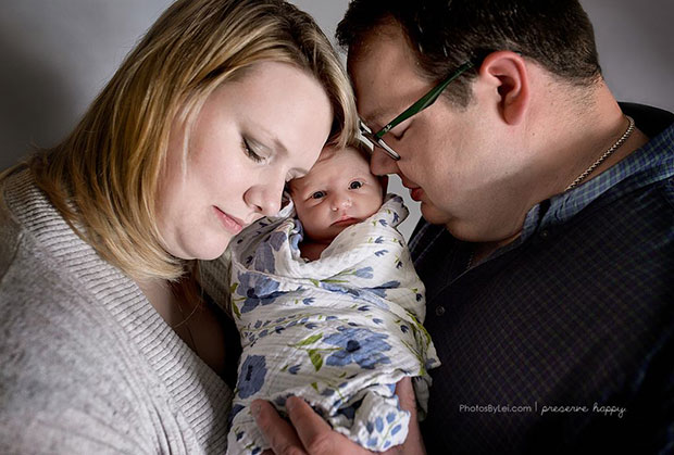 ภาพพ่อแม่กับทารกแรกเกิด