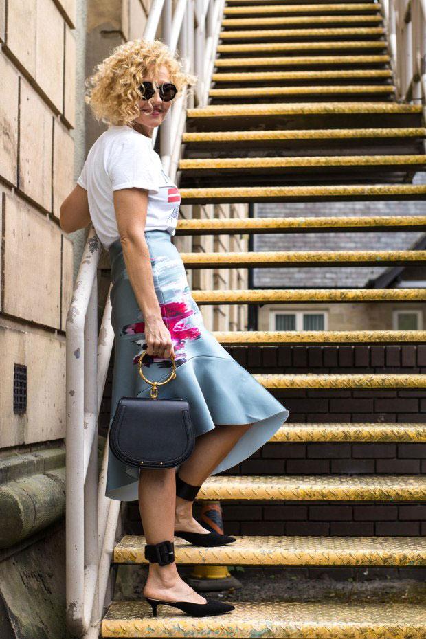 เสื้อยืด Topshop, กระโปรง H&M, รองเท้า Uterque, กระเป๋า Chloe, แว่นตากันแดด Jil Sander
