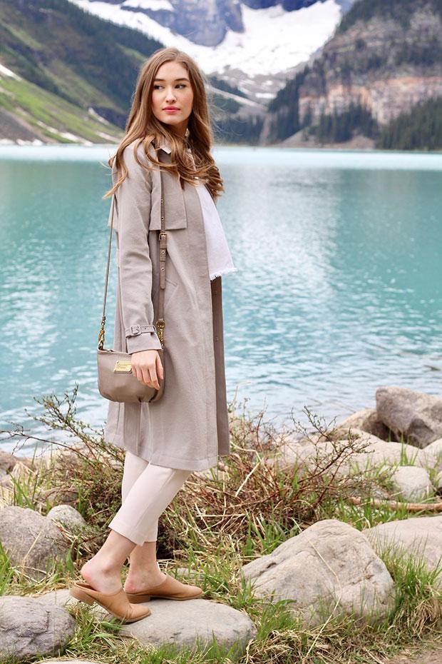 เสื้อโค้ท Aritzia, เสื้อ Zara, กางเกง Aritzia, รองเท้า Forever 21, กระเป๋า Marc Jacobs, นาฬิกา Marc Jacobs