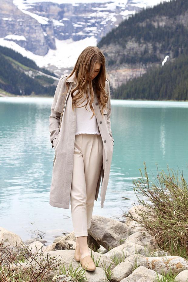 เสื้อโค้ท Aritzia, เสื้อ Zara, กางเกง Aritzia, รองเท้า Forever 21, นาฬิกา Marc Jacobs, กระเป๋า Marc Jacobs
