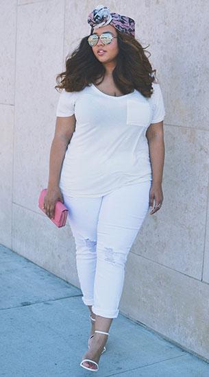เสื้อยืดสีขาวกับกางเกงยีนส์สีขาว