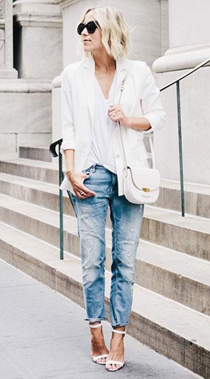 เสื้อยืดสีขาวกับเบลเซอร์ กางเกงยีนส์ และรองเท้ารัดส้น