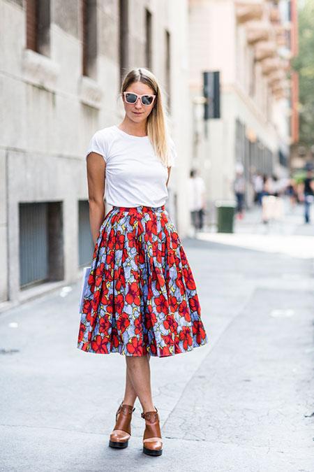 เสื้อยืดสีขาว กระโปรงยาวระดับหน้าแข้งพิมพ์ลาย รองเท้าส้นเตารีด
