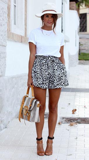 เสื้อยืดสีขาว กางเกงขาสั้น หมวกปานามา
