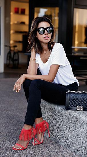 เสื้อยืดสีขาว กางเกงยีนส์สีดำ รองเท้าสุดชิค