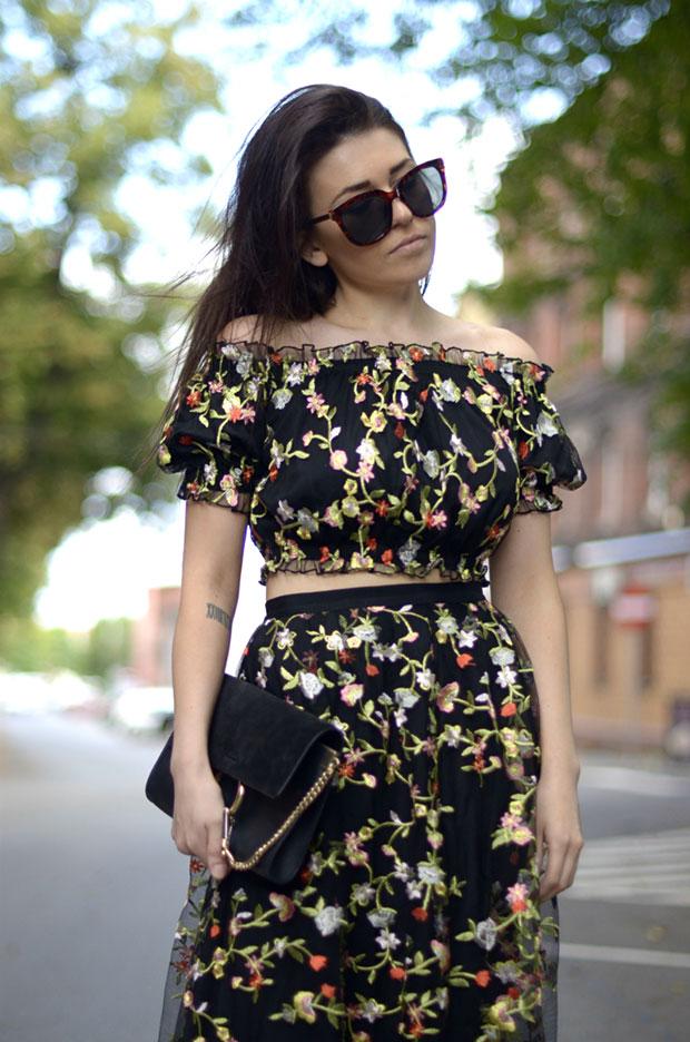 เสื้อ H&M, กระโปรง H&M, รองเท้าส้นสูง Zara, กระเป๋า Chloe, แว่นตากันแดด Zara