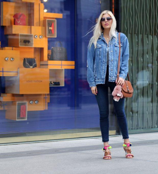 แจ็คเก็ต Zara, เสื้อยืด Zara, กางเกงยีนส์ Zara, กระเป๋า New Look, นาฬิกา Zegarek, แว่นตากันแดด Guess