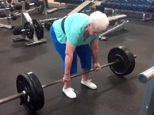 คุณย่าจอมพลังวัย 78 ปี ฝึกท่าเดดลิฟท์ 225 ปอนด์