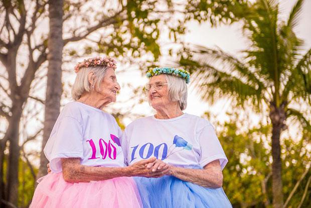 ภาพวันเกิดครบรอบ 100 ปีของคุณย่าฝาแฝด