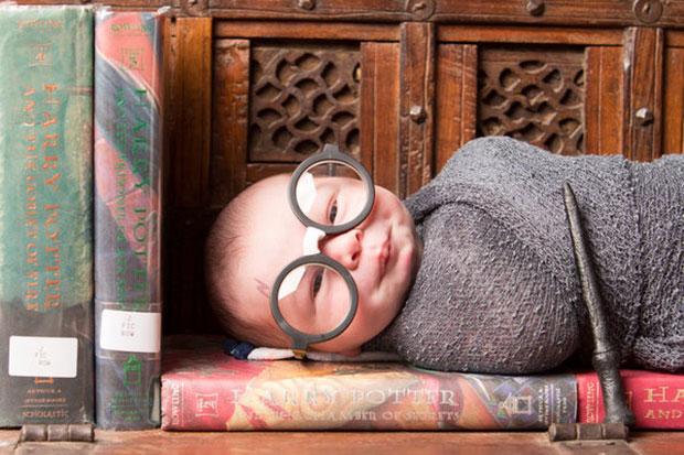 ภาพทารกผู้หลงรักแฮร์รี่ พอตเตอร์ตั้งแต่แรกเกิด