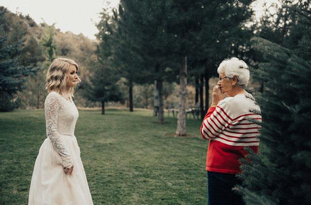 หลานสาวเซอร์ไพรส์คุณยายด้วยการสวมชุดเจ้าสาวของท่านเข้าสู่พิธีแต่งงาน