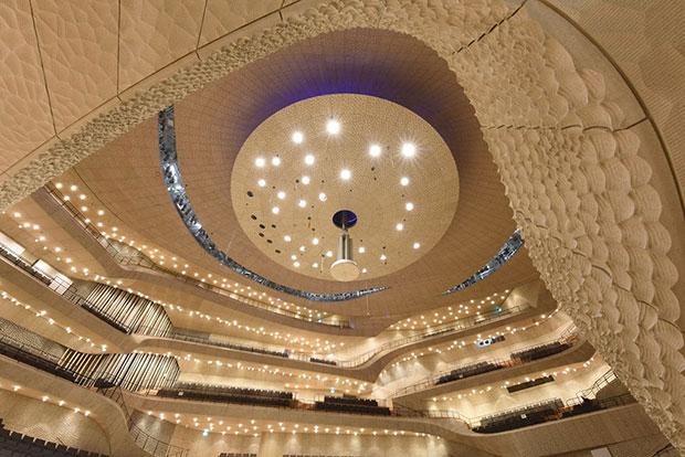 หอจัดแสดงดนตรีที่ใช้อัลกอริทึมเป็นวัสดุซับเสียงมากกว่า 10,000 แผ่น