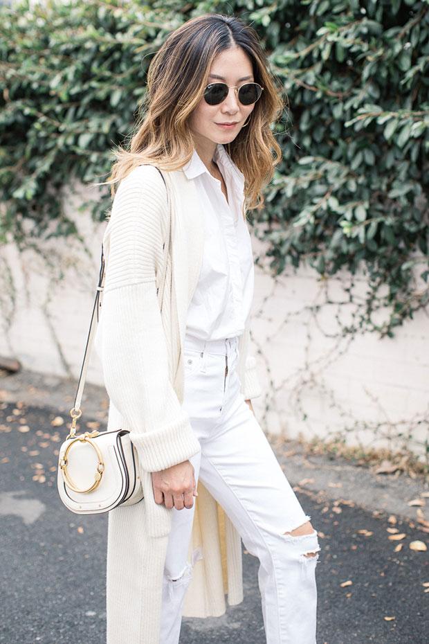 เสื้อคลุม Mara Hoffman, กางเกงยีนส์ AG, รองเท้า Charlotte Stone, กระเป๋า Chloe, ต่างหู Bagatiba