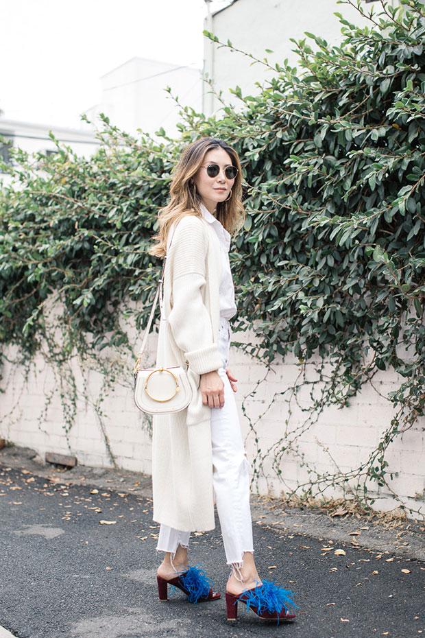 เสื้อคลุม Mara Hoffman, กางเกงยีนส์ AG, รองเท้า Charlotte Stone, ต่างหู Bagatiba, กระเป๋า Chloe