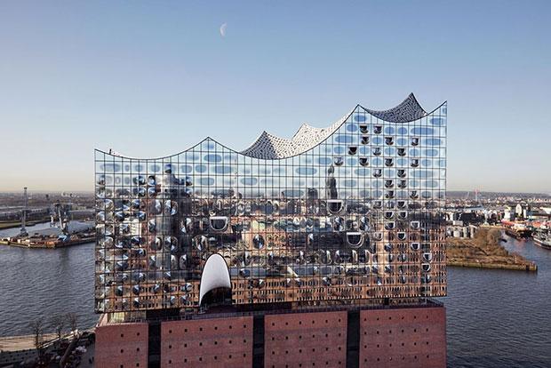 Elbphilharmonie หอจัดแสดงดนตรีที่ใช้อัลกอริทึมเป็นวัสดุซับเสียงมากกว่า 10,000 แผ่น