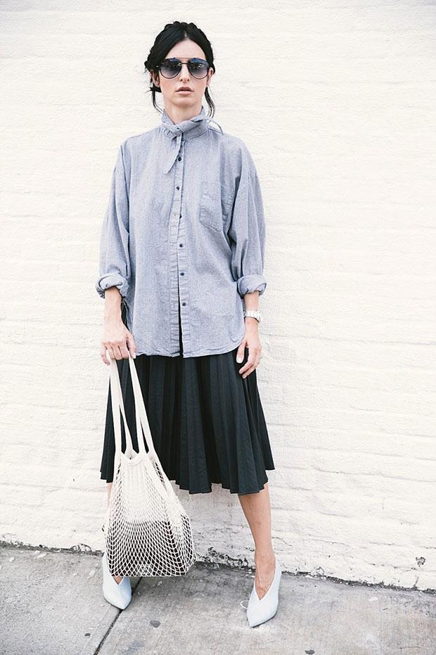 เสื้อเชิ้ต Berry N, กระโปรง Moscov, รองเท้า Celine, กระเป๋า Chanel