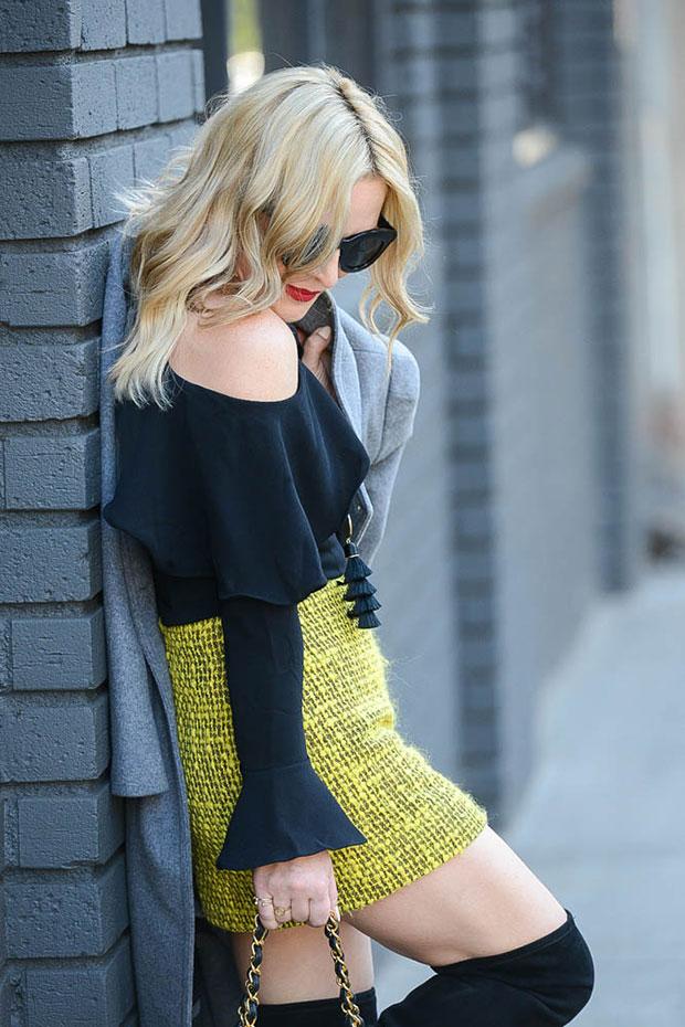 เสื้อโค้ท Zara, เสื้อ Storets, กระโปรง Alice & Olivia, รองเท้าบู๊ท Steve Madden, กระเป๋า Chanel Bag