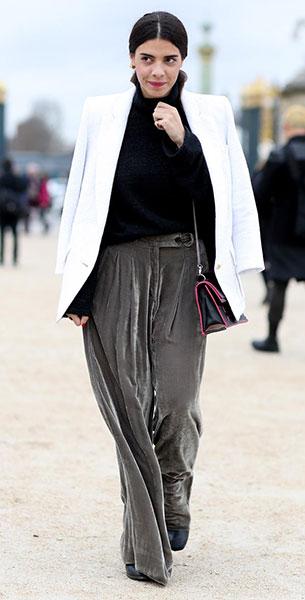 กางเกงกำมะหยี่สีเทา, เสื้อสูทสีขาว, เสื้อสีดำ