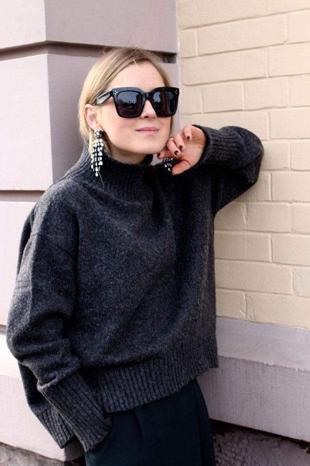 สเว็ตเตอร์ H&M, กระโปรง Massimo Dutti, รองเท้า H&M, ต่างหู H&M, แว่นตากันแดด Celine