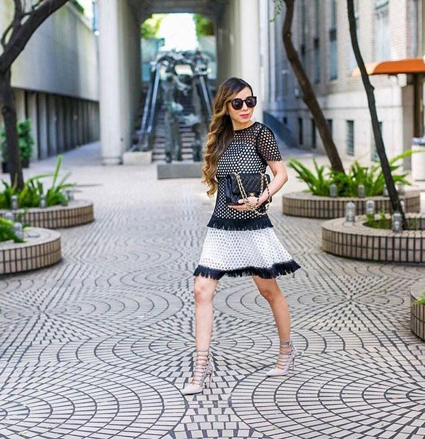 เดรส Chicwish, รองเท้าส้นสูง Aquazzura, กระเป๋า Chanel, แว่นตากันแดด Karen Walker